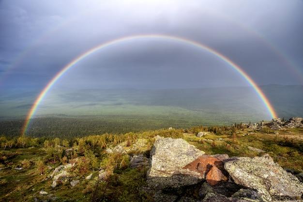 Горная долина радуги пейзаж. вид на долину радуги Premium Фотографии