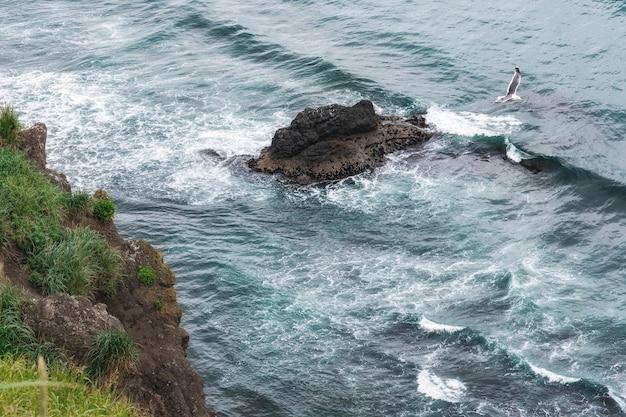 Захватывающий вид на знаменитые скалы мохер и дикий атлантический океан, графство клэр, ирландия Premium Фотографии