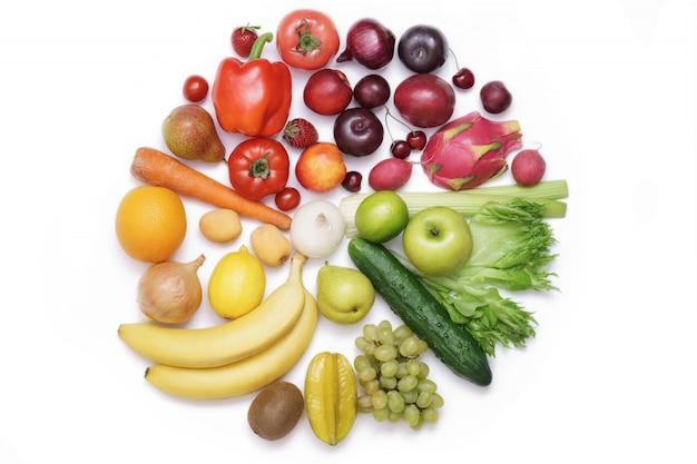 Цветовой круг из овощей и фруктов Premium Фотографии