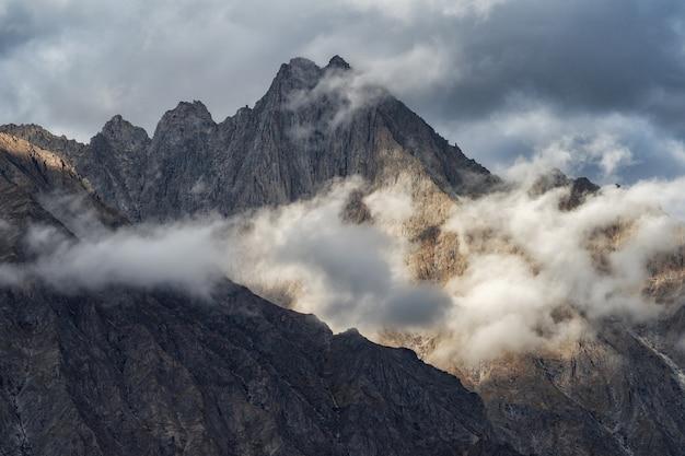 日の出中にヒマラヤの山頂 Premium写真