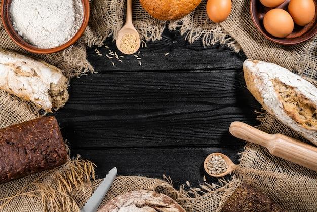 木製のテーブルに焼きたてのおいしいパン Premium写真