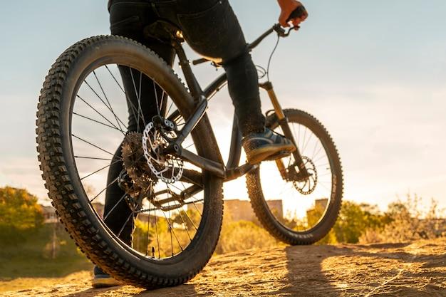 自転車の車輪は日没の画像を閉じる Premium写真