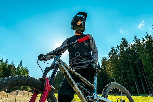 モダンなフルサスペンションバイクを備えたマウンテンバイク。 Premium写真