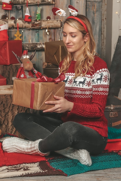 贈り物や休日の装飾の中で新年のイメージで若いきれいな女の子 Premium写真