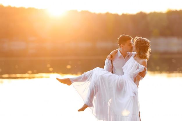 夕暮れ時の幸せなカップル Premium写真