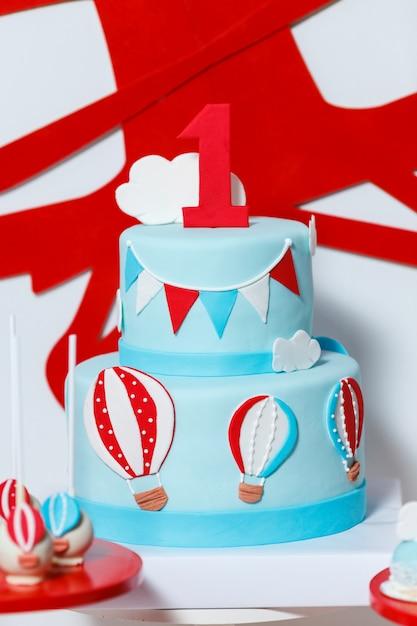男の子の誕生日パーティーのキャンディバー Premium写真
