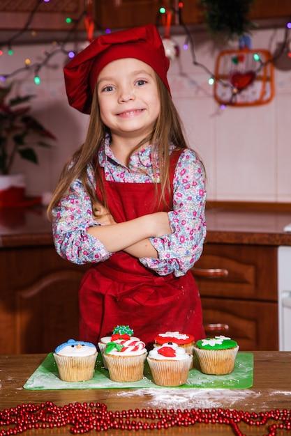 Праздничный красный фартук рождественская вечеринка ужин десерт мятный кексы сыр крем сахар посыпка украшение Premium Фотографии