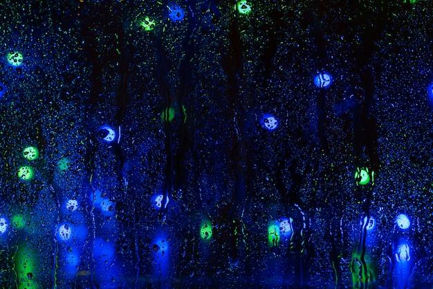 夜窓の雨粒をぼかし Premium写真
