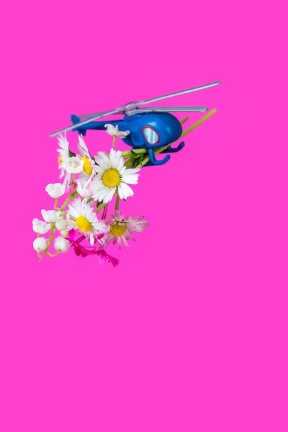 Синий розовый фиолетовый бумажная коробка подарочная игрушка доставка вертолет цветочный фон Premium Фотографии
