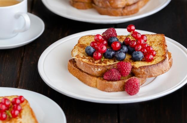 Французский тост с ягодами на завтрак Premium Фотографии