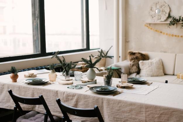 美しいクリスマスデコレーション付きのキッチン。休日の背景。新年 Premium写真