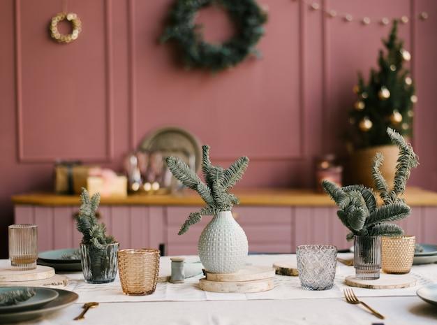 クリスマスと新年の装飾。小ぎれいなな枝とピンクのキッチン Premium写真