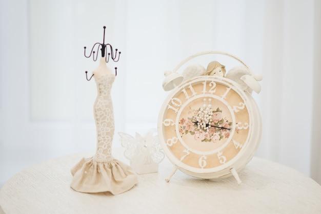 時計、セレクティブフォーカスの女性の結婚式のジュエリー(イヤリング、ブレスレット) Premium写真