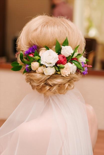 Романтическая свадебная прическа с цветами Premium Фотографии