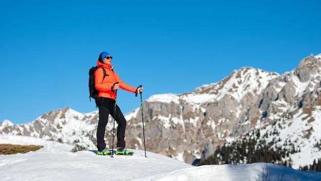 Женщина приходит на гору одна Premium Фотографии