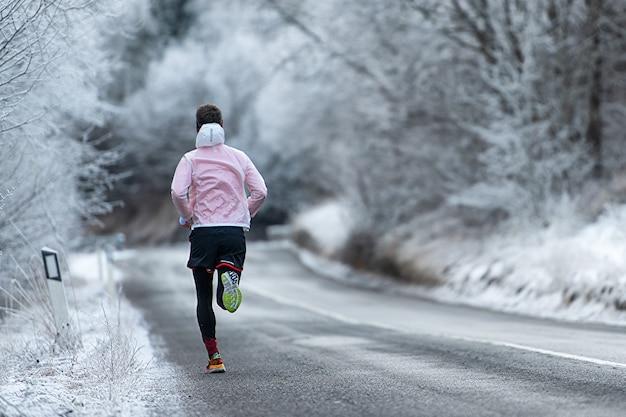 冬の凍った道でトレーニング中に実行 Premium写真