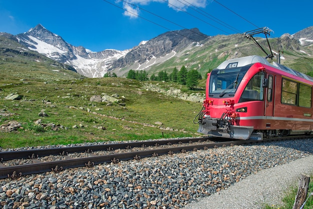 Красный поезд в альпы Premium Фотографии
