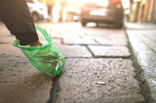 市内で犬の糞の袋で人が回収 Premium写真