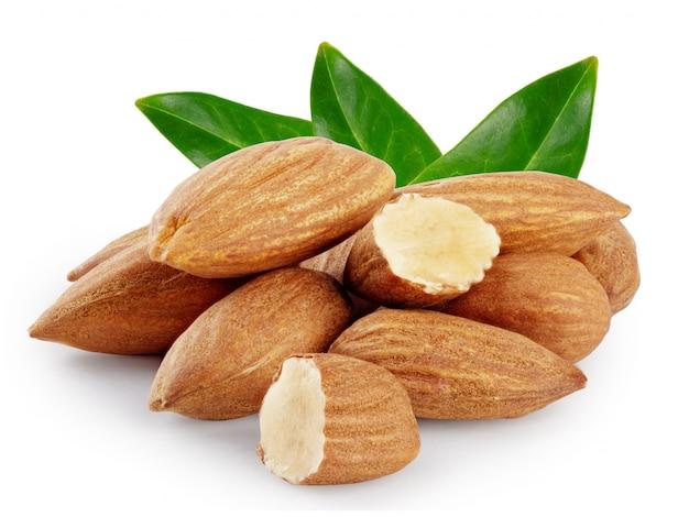 Миндальные орехи с тремя зелеными листьями Premium Фотографии