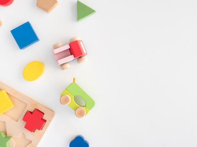 積み上げおもちゃの概念を学ぶ子供たち Premium写真