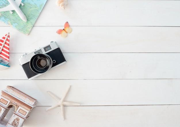 レトロなカメラフィルム、地図、旅行者、観光の必需品、ビンテージトーン効果の服とトップビュー旅行の概念 Premium写真