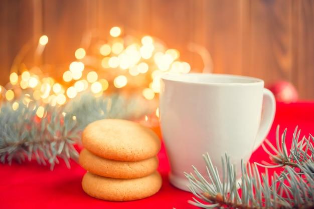 Печенье для деда мороза на столе. новогодний завтрак Premium Фотографии