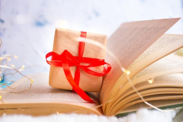 開いた本。本のページからの心。ラブストーリー Premium写真