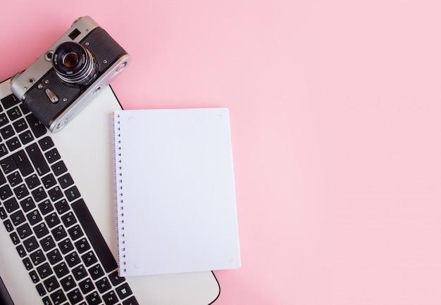 写真カメラ、ノートブック、ラップトップを備えたモダンなワークスペース Premium写真