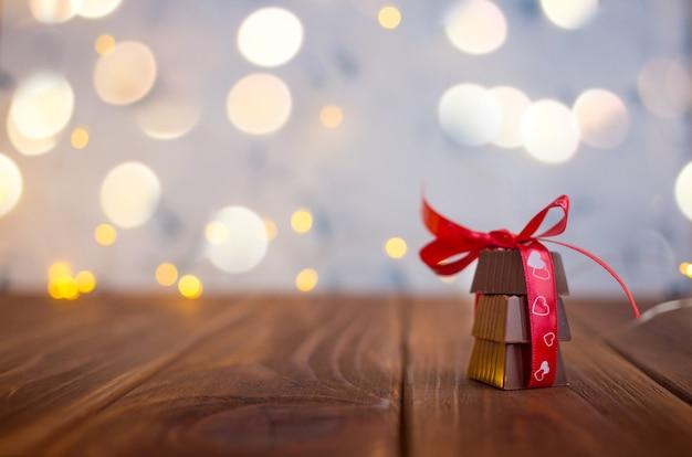 聖バレンタインの日、ボケ味のリボンとハートチョコレート。 Premium写真