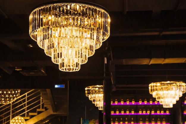 Роскошная люстра с хрустальными подвесками на потолке Premium Фотографии