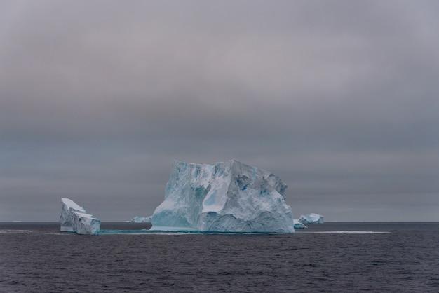 南極海の氷山 Premium写真