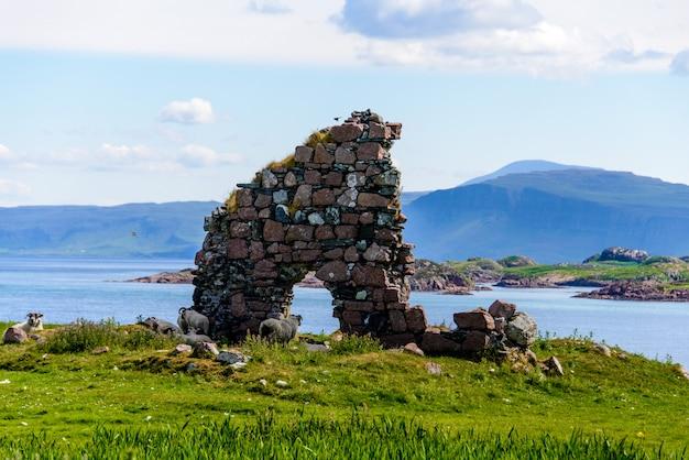 アイオナ島、スコットランド、イギリスのアイオナ修道院。 Premium写真