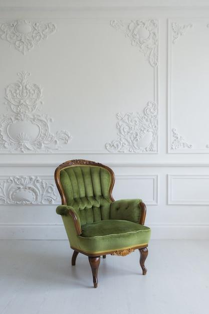 Одно классическое кресло на фоне белой стены и пола. копировать пространство Premium Фотографии