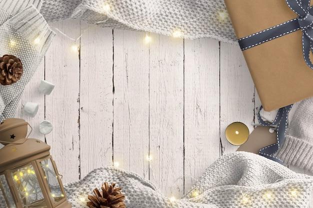 フェアリーライト、ランタン、ギフト、松ぼっくり、ウールのセーターを備えた居心地の良い冬景色 Premium写真