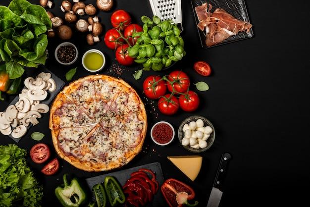 生の食材で食べる準備ができて自家製ピザ。 Premium写真