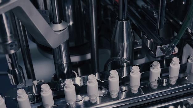 医薬品製造、医薬品製造ラインの医療バイアル Premium写真