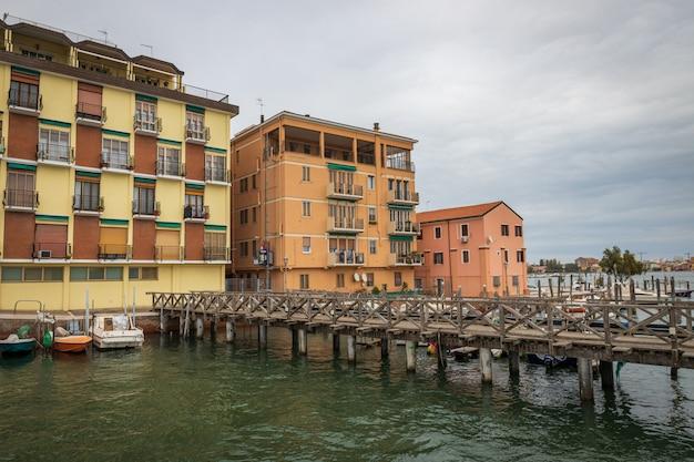 Старые дома в городе кьоджа в италии недалеко от венеции Premium Фотографии