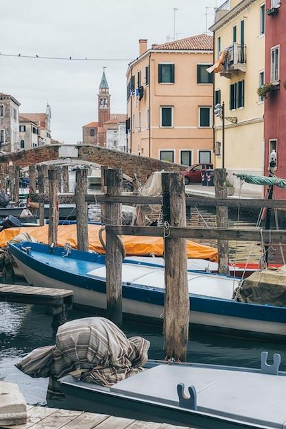 Лодки в каналах старого города кьоджа в венето, италия Premium Фотографии