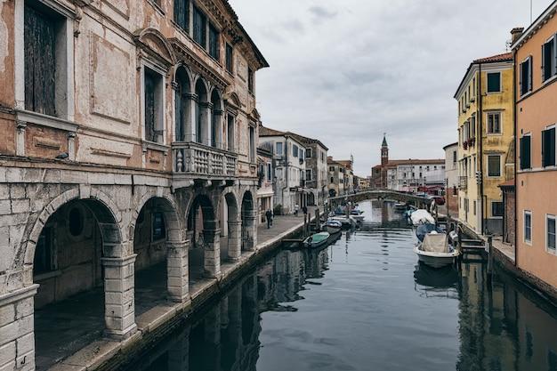 Старые здания и каналы города кьоджа в венето, италия Premium Фотографии