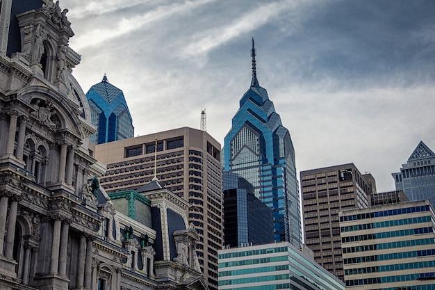 フィラデルフィアの近代的な高層ビルと市庁舎の歴史的建造物の平面図 Premium写真