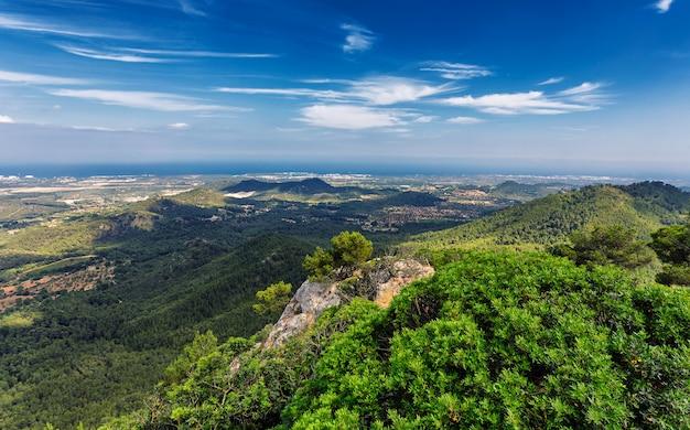 フェラニチの山からの丘と森とマヨルカ島の自然の景色 Premium写真