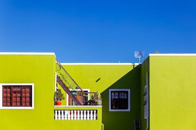 Красочный зеленый фасад старого дома в районе бо каап, кейптаун Premium Фотографии