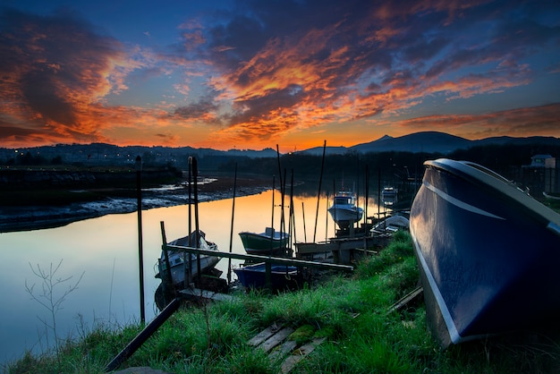 ボート桟橋の夕日 Premium写真