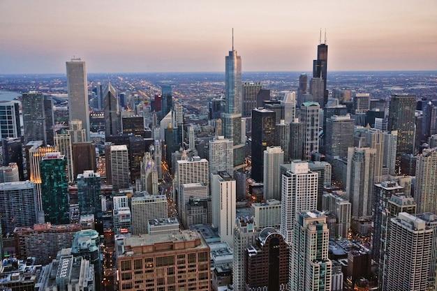 日没時にシカゴのダウンタウンの高層ビルの眺め Premium写真