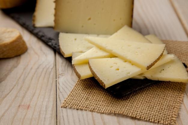 パンとマンチェゴチーズのスライス Premium写真