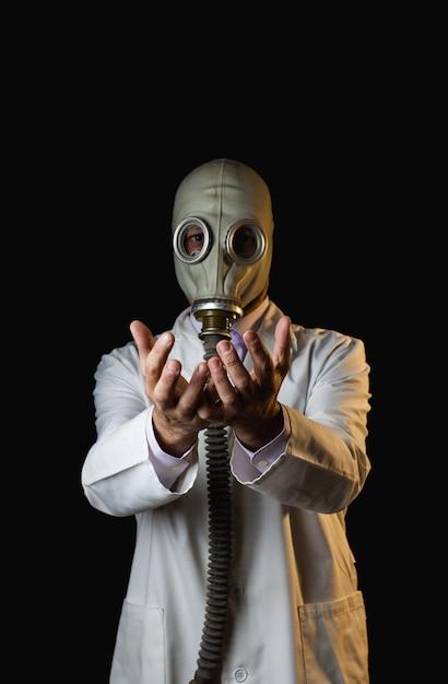 彼の手を示す防毒マスクを持つ医師 Premium写真