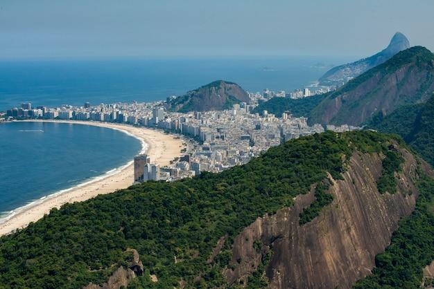 前景、リオデジャネイロ、ブラジルのコパカバーナと大西洋岸森林の眺め Premium写真