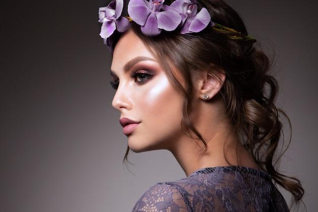 花を持つ美しい少女。パステルカラー。パーフェクトフェイススキン Premium写真