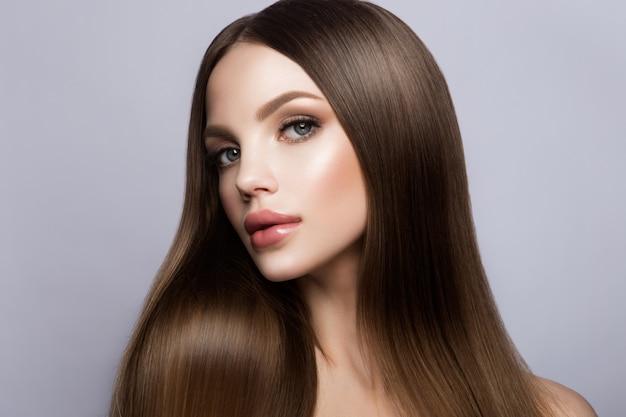 美しさの女性の顔の肖像画。完璧な新鮮なきれいな肌を持つ美しいモデルの女の子 Premium写真