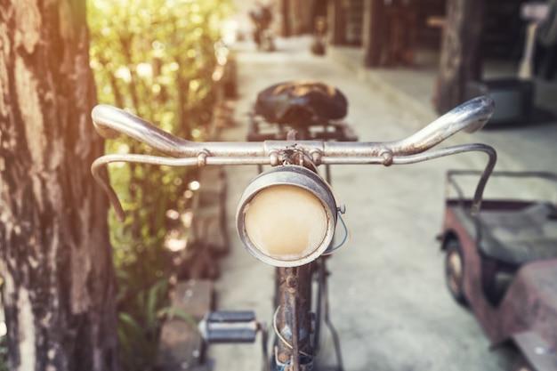 Старый старинный велосипед и свет в саду Premium Фотографии